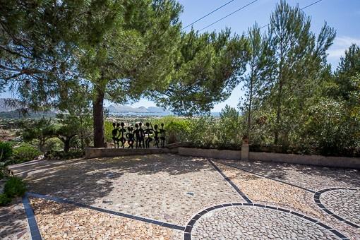 Terrasse ist mit Pinien umgeben