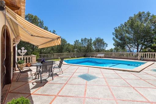 Swimmingpool ist von einer Terrasse umgeben