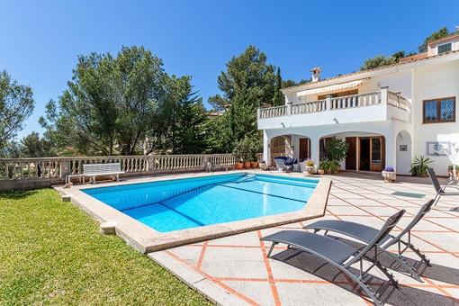 Blick vom Garten auf den Swimmingpool und die Villa