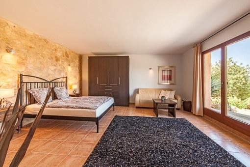 Einladendes Hauptschlafzimmer mit Panoramafenster