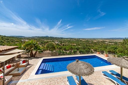 Fantastischer Panoramablick auf den Pool und das Umland