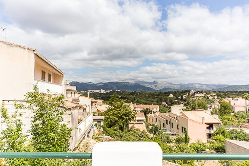 Mallorquinisches Stadthaus mit Naturteinfassade in zentraler Lage von Búger mit tollen Bergblicken