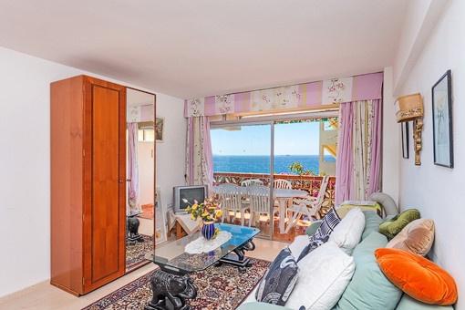 Fernsehzimmer mit Blick auf das Meer