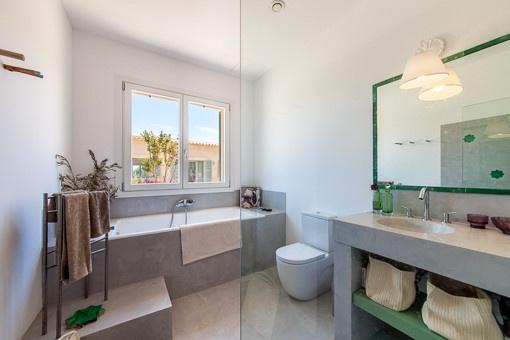 Modernes Duschbadezimmer mit Tageslicht