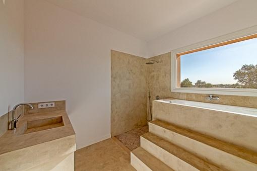 Helles Badezimmer mit außergewöhnlicher Badewanne