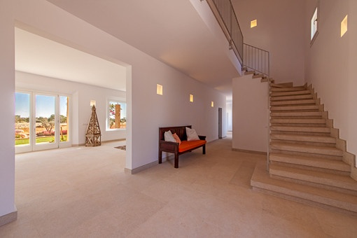 Freundlicher Eingangsbereich mit Zugang zum oberen Stock