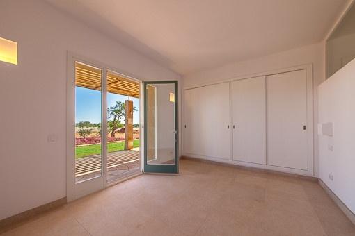 Großes Schlafzimmer mit Einbauschrank und Terrassenzugang