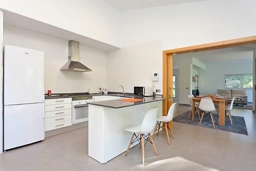 Küche mit großer Tür zum Essbereich
