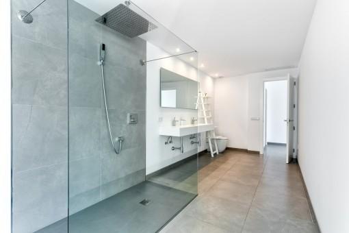 Großes Badezimmer mit begehbarer Dusche