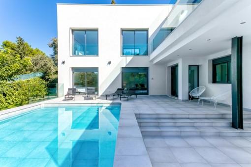 Attraktiver Terrassen-und Poolbereich