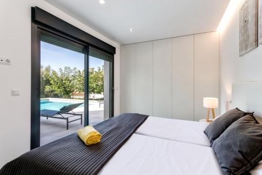 Komfortables Doppelschlafzimmer mit Zugang zur Terrasse
