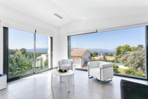 Wohnbereich mit Panoramafenstern und herrlichen Ausblick