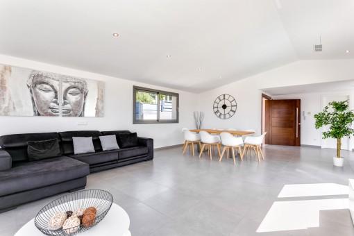Großzügiger Wohn-und Essbereich im modernen Stil
