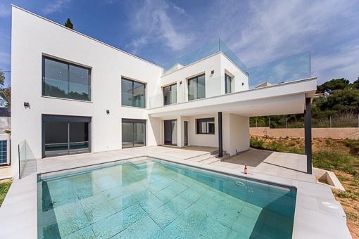 Neu erbaute Villa im modernen, minimalistischen Stil in oberer Hanglage mit Meerblick