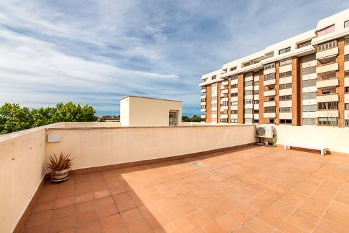 Modernes Loft in der Nähe des Paseo Marítimo mit großer Terrasse und Teilmeerblick