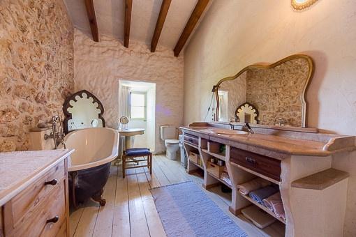 Herrschaftliches Anwesen Mit Beeindruckendem Panoramablick! Badezimmer Romantisch