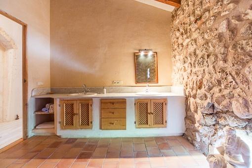 schnes badezimmer mit natursteinwand - Natursteinwand Badezimmer
