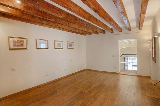 Schlafzimmer mit Holzbalkendecke