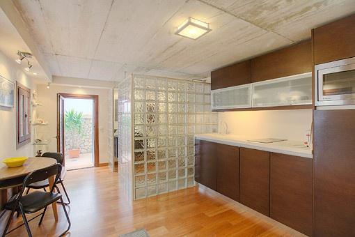 Moderne Küche mit Esstisch