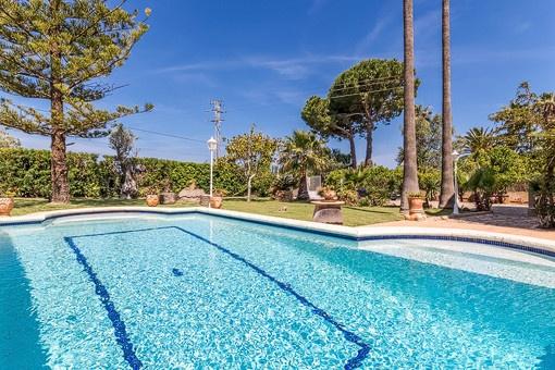 Blick vom Poolbereich auf die Villa