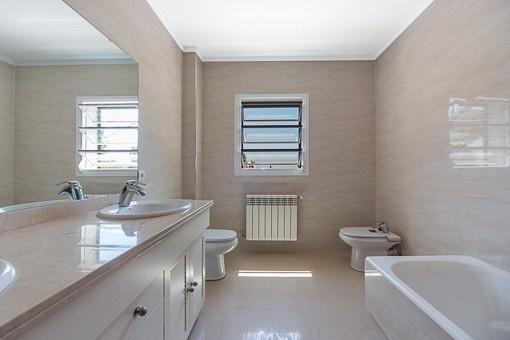 Nobles Tageslichtbadezimmer mit Badewanne