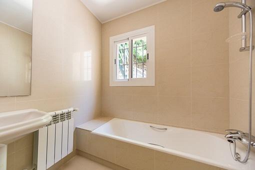 Tageslichtbadezimmer mit Badewanne und Heizung