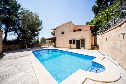 Blick vom Swimmingpool auf die Villa