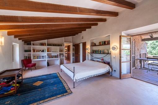 Großzügiges Hauptschlafzimmer mit Zugang zur Terrasse
