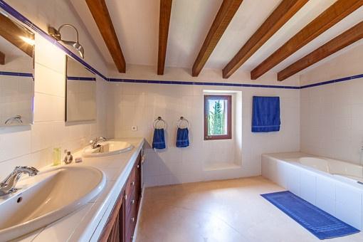 Helles Hauptbadezimmer mit Badewanne
