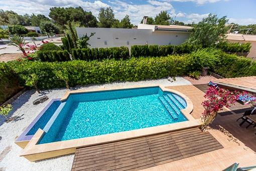 Blick vom Obergeschoss auf den Pool