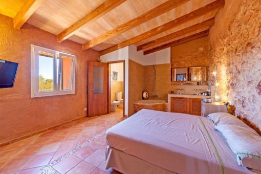 Beeindruckendes Hauptschlafzimmer mit freistehender Badewanne und Badezimmer en suite