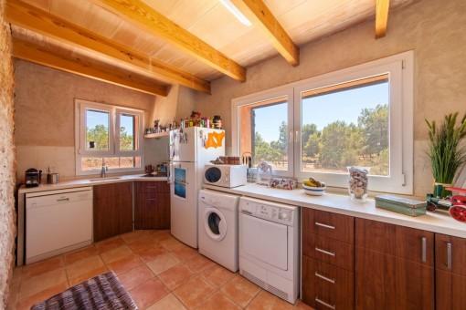 Rustikale Küche mit Blick in den Garten