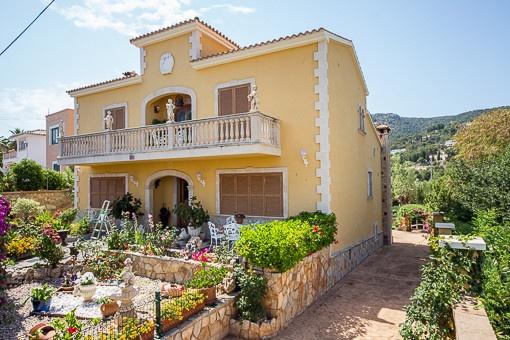 Mallorquinische Villa mit wunderschönem Berg - und Meerblick mit grossem Grundstück in San Augustin