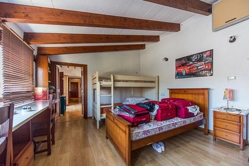 Schlafzimmer mit vier Betten