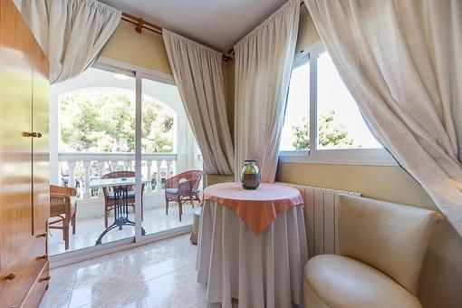 Loungebereich mit Balkonzugang
