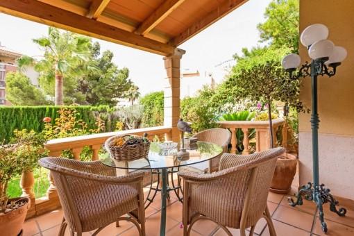 Überdachter Balkon mit Loungebereich