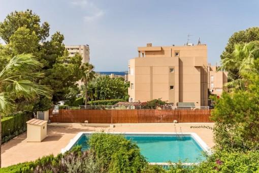 Blick von der Villa auf den Swimmingpool
