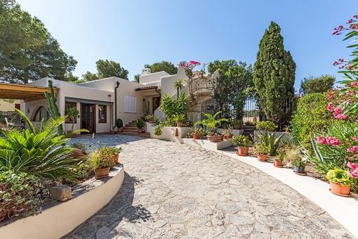 Villa im Ibiza-Stil mit Poolmöglichkeit und Weitblick in Paguera