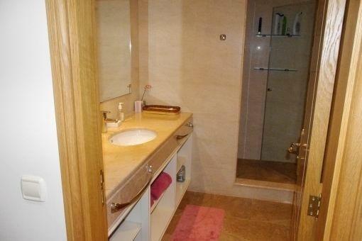 Modernes Badezimmer mit Dusche
