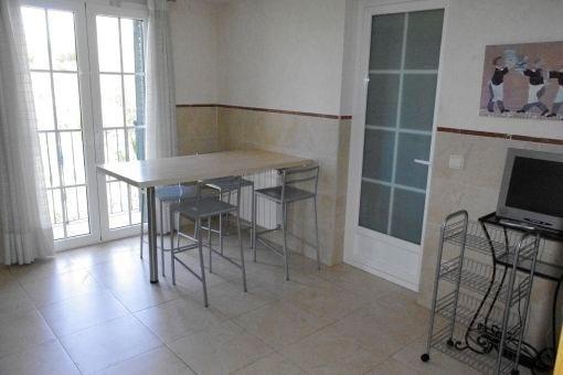 Küche mit Essbereich und Panoramafenster