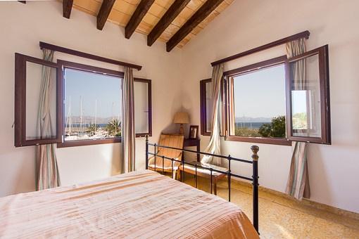 Helles Schlafzimmer im Obergeschoss mit Blick auf den Hafen