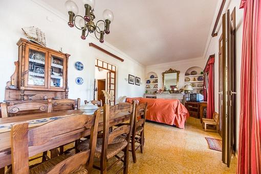 Wohn- und Esszimmer mit hohen Decken