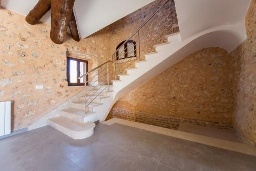 Treppenaufgang führt zur oberen Etage