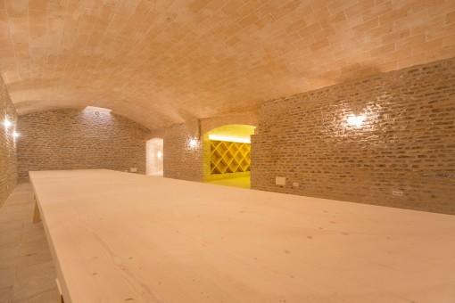 Ein Essbereich befindet sich neben dem Weinkeller