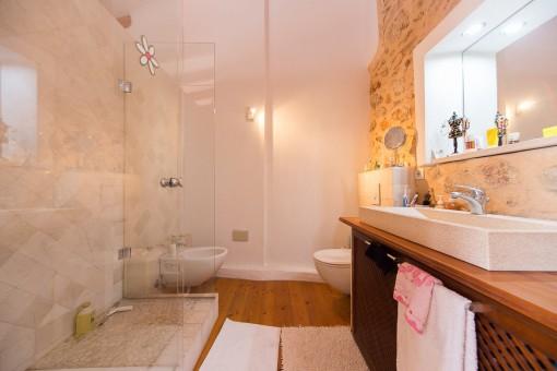 Modernes Badezimmer mit Natursteinelementen