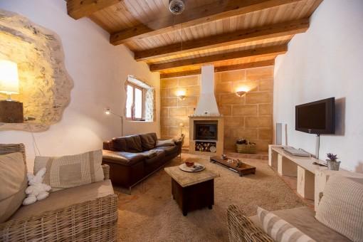 Gemütliches Wohnzimmer mit Kamin und typischen antiken Elementen