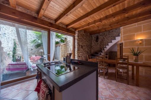 Offene Küche und Essbereich mit Zugang zum Patio