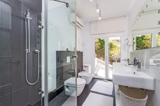 Gästebadezimmer mit großem Fenster