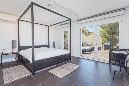 Modernes Schlafzimmer mit Zugang zur Terrasse