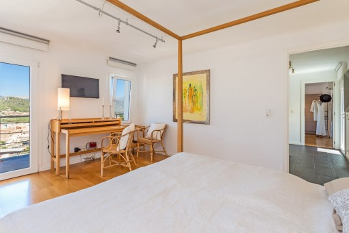 Alternative Ansicht vom Hauptschlafzimmer mit Badezimmer en suite